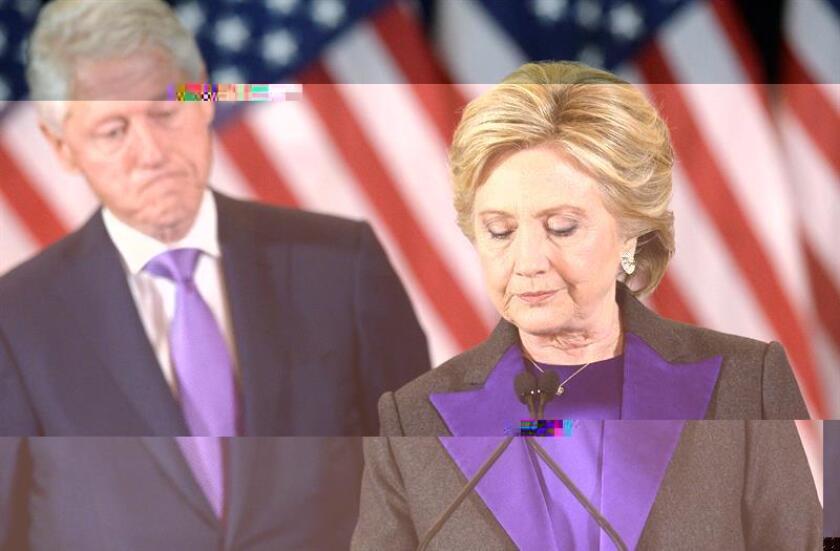 La candidata demócrata a la Casa Blanca, Hillary Clinton (d), durante su primera aparición pública tras los comicios ante miembros de su campaña y simpatizantes en un hotel de Nueva York, EEUU. EFE/Archivo