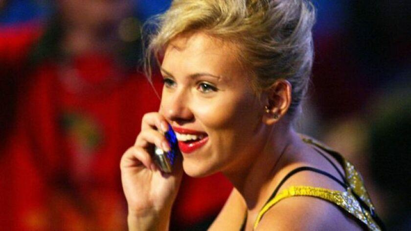 Al igual que los magnates de los negocios Warren Buffett y Stephen Schwarzman, la única conexión móvil de Groner con el mundo es un viejo teléfono plegable o con tapa que usa sólo para llamadas y mensajes de texto.