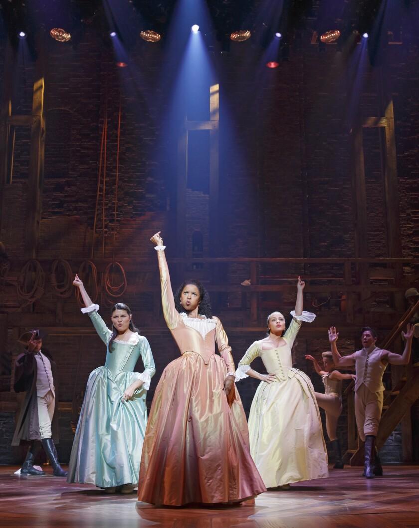 Elise Goldsberry, centro, retrata a Angélica Schuyler junto a Phillipa Soo (izquierda) y Jasmine Cephas Jones.