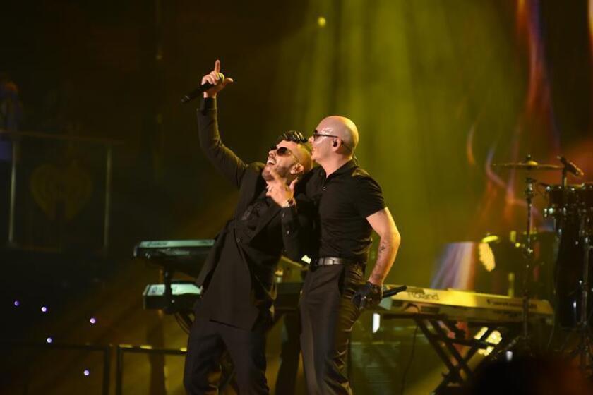 Pitbull y Yandel se presentan durante el evento IHeart Radio Fiesta Latina. EFE/Archivo