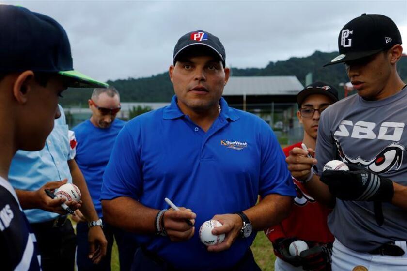 El Secretario del Departamento de Recreación y Deportes, Andres Waldemar, recibió hoy en su oficina al recién electo miembro del Salón de la Fama del Béisbol, Ivan Rodriguez, con el propósito de tratar diferentes iniciativas para impulsar el deporte en Puerto Rico, en una alianza entre dicha agencia gubernamental y el receptor boricua. EFE