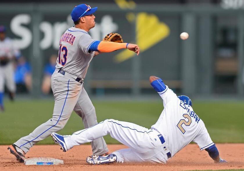En la imagen, el jugador de los Mets de Nueva York Asdrubal Cabrera (i). EFE/Archivo