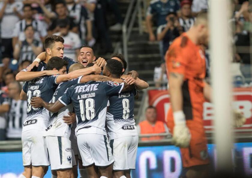 Jugadores de Rayados de Monterrey festejan una anotación ante Gallos Blancos de Querétaro durante el partido correspondiente a la jornada 12 del Torneo Clausura 2018 celebrado en el estadio BBVA de Monterrey (México). EFE