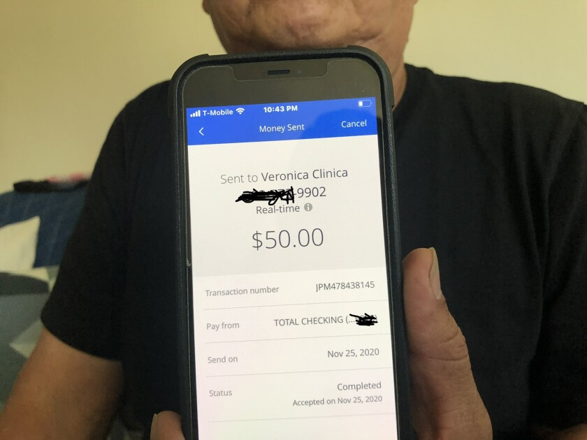 Edgar Reyes muestra la prueba de una transferencia electrónica de $50 hecha por medio de Zelle