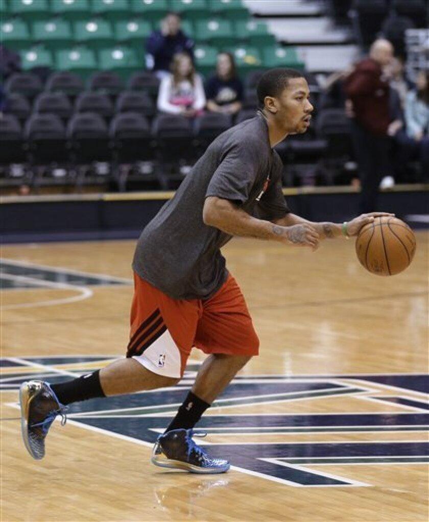 El jugador de los Bulls de Chicago, Derrick Rose, practica antes de un partido el viernes, 8 de febrero de 2013, en Salt Lake City, Utah. (AP Photo/Rick Bowmer)