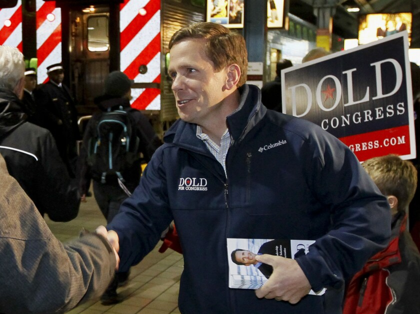 ARCHIVO - En esta foto de archivo del 5 de noviembre de 2012, el representante republicano Bob Dold hace campaña en Chicago. Ampliamente superados en la cámara baja, los demócratas difícilmente ganaran las 30 bancas que necesitam para tener mayoría.