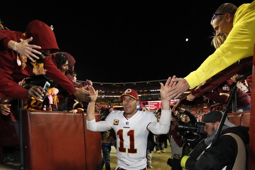 ARCHIVO - El quarterback de los Redskins de Washington Alex Smith (11)