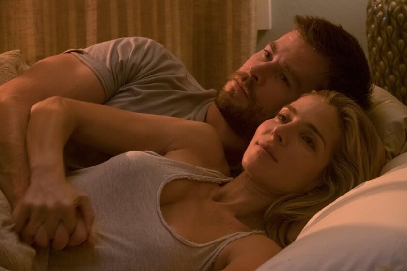 """Elsa Pataky aparece al lado de su esposo de la vida real Chris Hemsworth en una escena de """"12 Strong"""", que se basa en un caso de la vida real."""