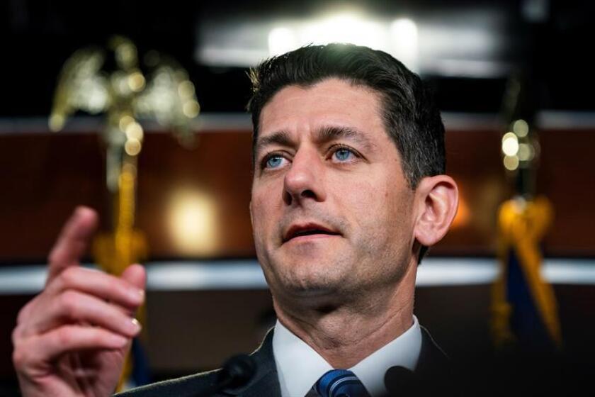 El presidente de la Cámara de Representantes, el republicano Paul Ryan, informó hoy de que consensuó con el presidente, Donald Trump, someter a votación la próxima semana iniciativas migratorias para frenar una posible alianza entre moderados de su propio partido y demócratas. EFE/ARCHIVO