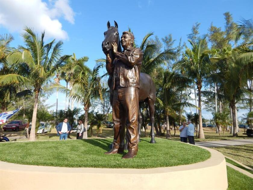 Vista de la estatua que hizo el escultor cubano Carlos Enrique Prado en honor al expresidente de Estados Unidos Ronald Reagan hoy, viernes 13 de abril de 2018, en Miami (EE.UU.). EFE