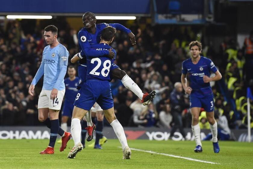 El medio del Chelsea N'Golo Kante (C) celebra con sus compañeros en primer gol de su equipo ante el Manchester City en Stamford Bridge, Londres. EFE/EPA