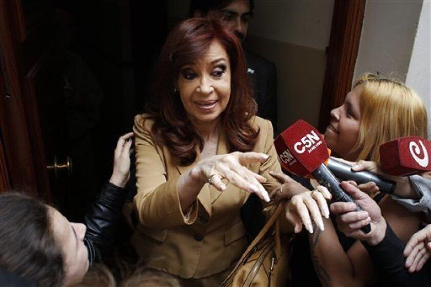 El Gobierno argentino suspendió la jubilación que recibe la expresidenta Cristina Fernández porque ya cobra otra por su fallecido esposo, el también exmandatario Néstor Kirchner, y ahora la ex jefa de Estado deberá optar por uno de los beneficios y devolver el dinero que cobró por el otro.