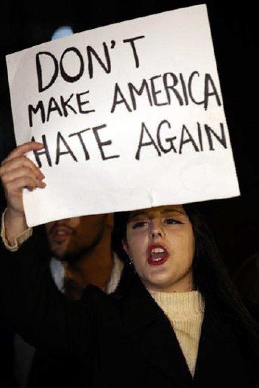El alcalde de Chicago, Rahm Emanuel, reiteró hoy que esta ciudad ofrece santuario a los indocumentados desde 1983 y extendió su ayuda a los inmigrantes que se sientan amenazados por las posibles medidas migratorias del presidente electo Donald Trump.