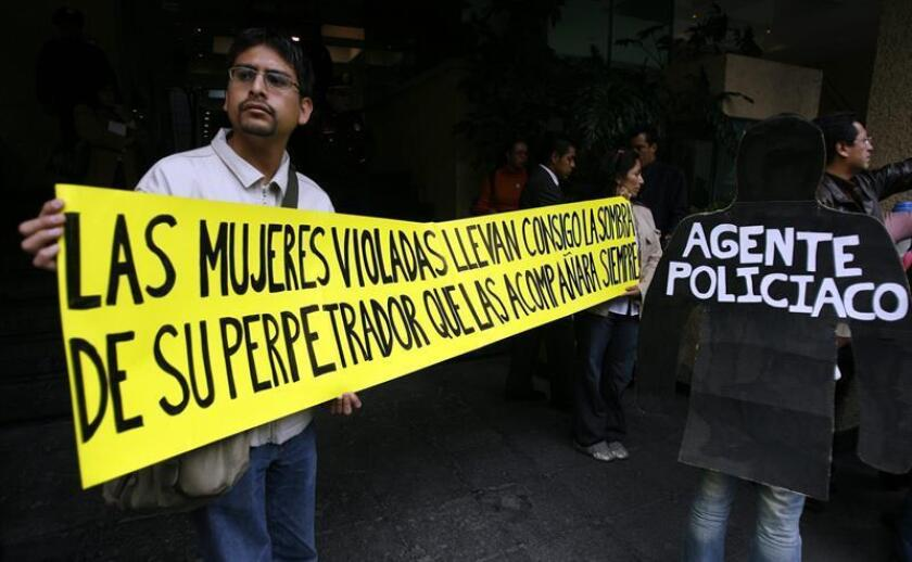 Vista de varios activistas se manifiestan para demandar que las investigaciones sobre las mujeres que presuntamente fueron violadas por agentes federales en el municipio de Atenco (Estado de México) sean entregadas a la Fiscalía de Delitos contra las Mujeres. EFE/Archivo