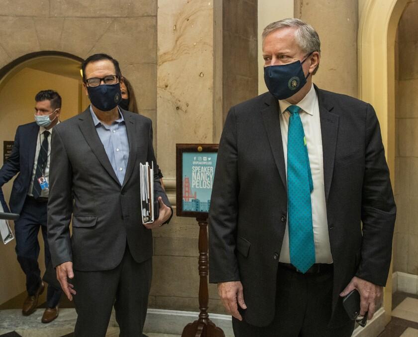El jefe de despacho de la Casa Blanca Mark Meadows (derecha) y el secretario del Tesoro Steven Mnuchin