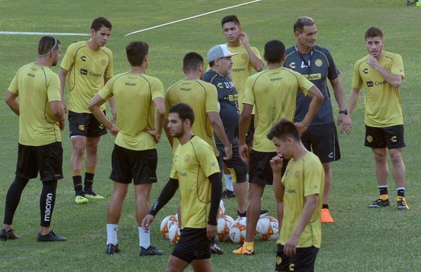 El técnico argentino Diego Armando Maradona (c) da instrucciones a los jugadores durante una sesión de entrenamiento. EFE/Archivo