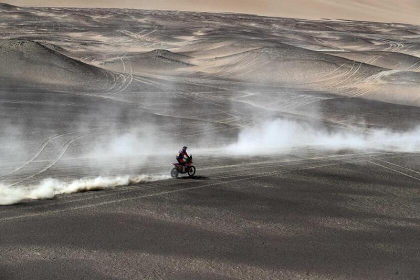 El australiano Toby Price conduce su motocicleta KTM hoy, durante la novena etapa del Rally Dakar 2019, en Pisco (Perú). EFE