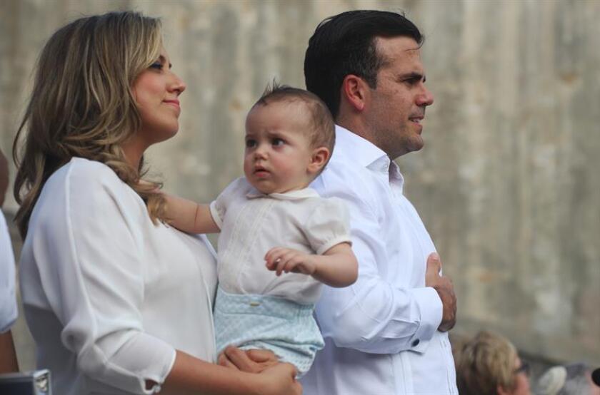 El gobernador de Puerto Rico, Ricardo Rosselló (d), participa junto la primera dama de Puerto Rico, Beatriz Rosselló (i), y su hijo Pedro Javier (c), en un acto. EFE/Archivo