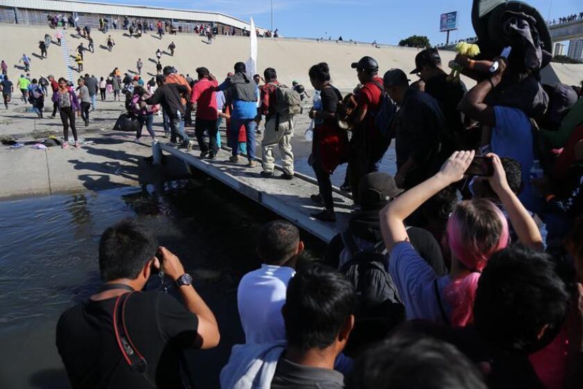 Un grupo de personas tratan de cruzar la garita El Chaparral, de la ciudad de Tijuana. EFE/Archivo
