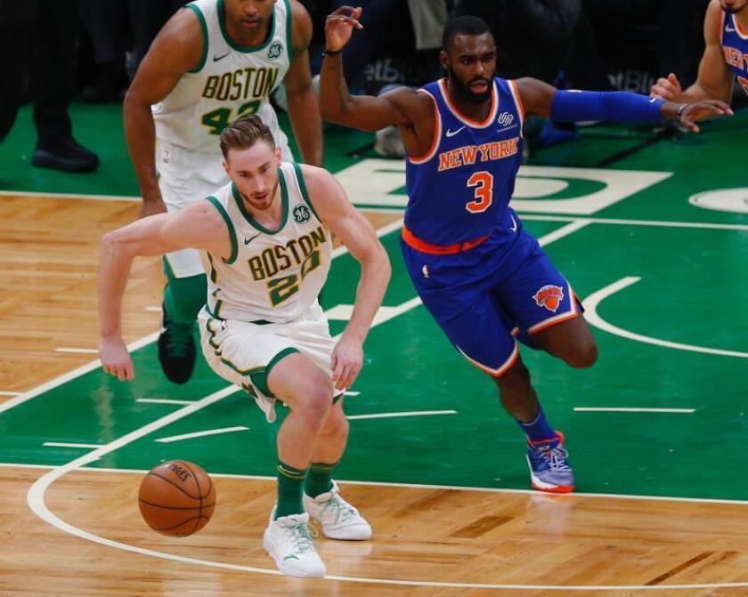 Gordon Hayward (i) de Boston Celtics en acción ante Tim Hardaway Jr. (d) de los Knicks de Nueva York, durante el juego realizado en el TD Garden en Boston, Massachusetts, EE. UU., hoy. EFE