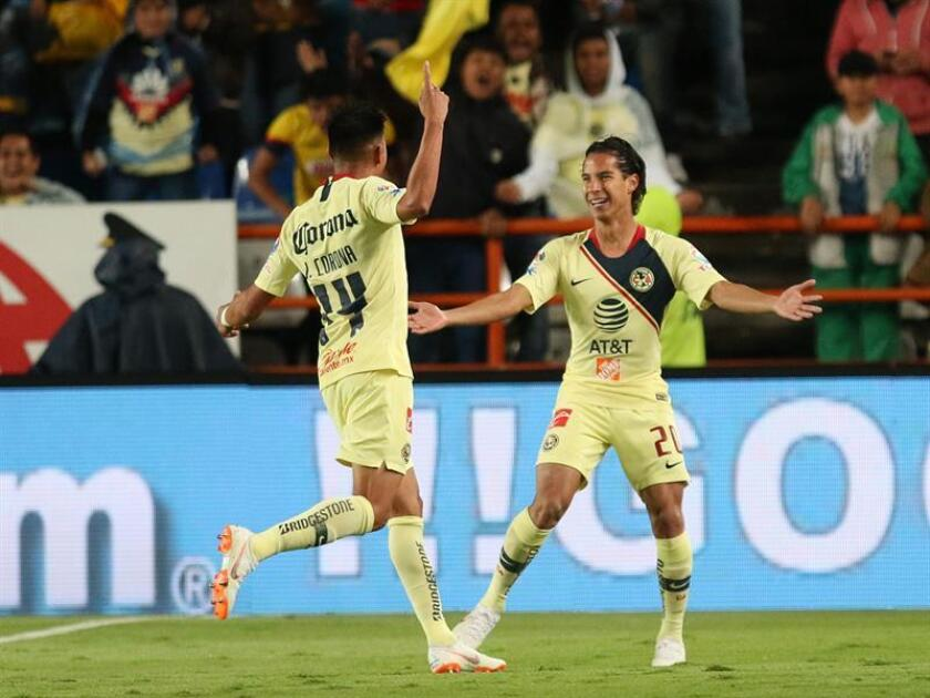 El centrocampista Diego Lainez (d), jugador de las Águilas del América, reconoció hoy que aunque no esperaba ser llamado tan pronto a la selección mexicana de fútbol, su convocatoria es una oportunidad para mostrarse fuera del país. EFE/ARCHIVO