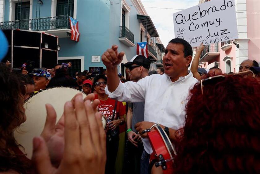 """El alcalde de San Lorenzo, Joe Román (este-central), se unió a su homólogo de Toa Alta (norte), Clemente Agosto, para impactar a comunidades de la segunda localidad """"para que brillen y resplandezcan"""" ante los recortes millonarios que sufrirán por parte del plan fiscal del Gobierno de Puerto Rico. EFE/ARCHIVO"""