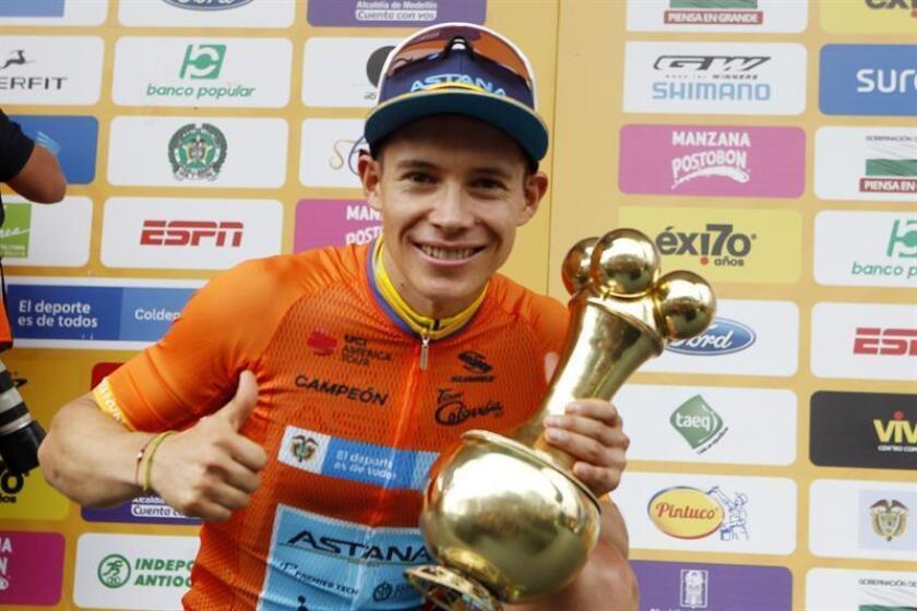 El ciclista colombiano Miguel Ángel López del Astana Pro Team posa tras ganar el Tour Colombia 2.1 este domingo, en Medellín (Colombia). EFE