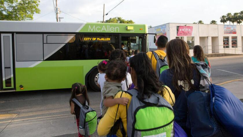 Las familias inmigrantes, muchas de ellas madres con hijos, suben a un autobús que se dirigía a McAllen, Texas, en abril. Los inmigrantes habían cruzado el río Grande y más tarde fueron liberados de la custodia de la patrulla fronteriza con avisos para presentarse ante la corte de inmigración.