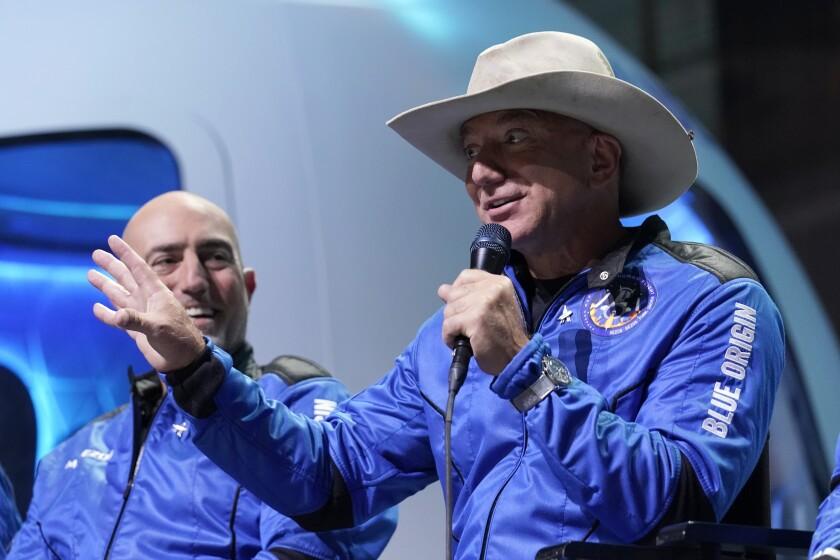 Mark Bezos, hermano de Jeff Bezos; Jeff Bezos,  el holandés Oliver Daemen, y Wally Funk.