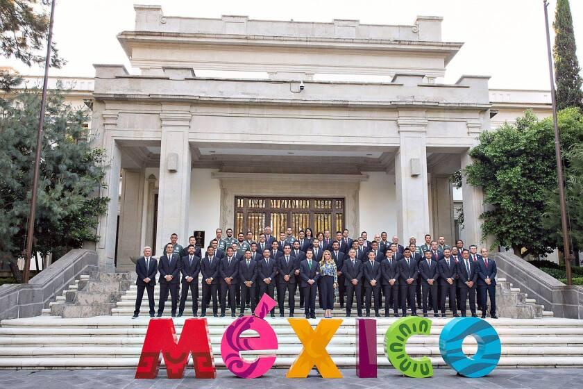 La selección mexicana, con el presidente de México, en la ceremonia de abanderamiento del equipo que participará en Rusia 2018.