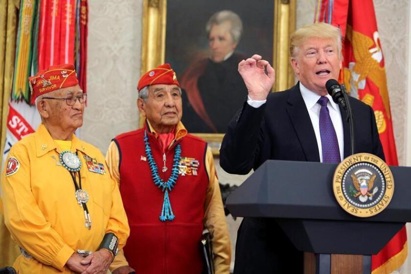 El presidente de Estados Unidos, Donald J. Trump (d), habla durante un evento en honor a los miembros de los locutores de claves nativos americanos en el Despacho Oval de la Casa Blanca en Washington, DC (EE.UU.). EFE/Oliver Contreras / POOL