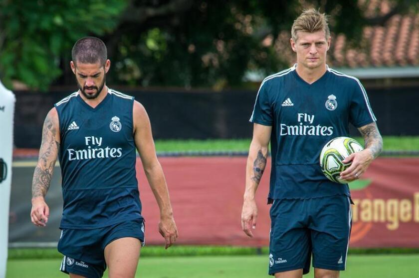 Los jugadores Isco Alarcón (i) y Toni Kroos (d) participan en un entrenamiento el 2 de agosto de 2018, en la Universidad de Barry de Miami, Florida (EE.UU.). EFE
