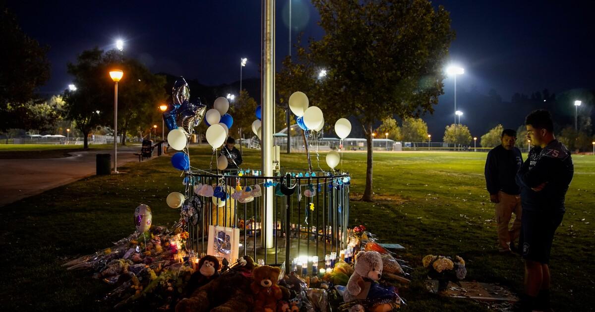 Santa Clarita shooting: Detektif menyelidiki bagaimana remaja punya pistol sebagai masyarakat untuk mengenang mereka yang tewas