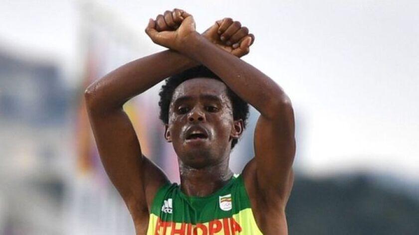 Feyisa Lilesa hizo un gesto de apoyo a su tribu al ganar la plata en el maratón de Río 2016.