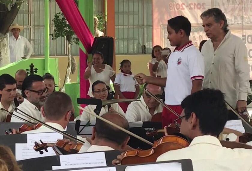 Fotograma donde se oberva a un alumno de educación primaria que dirige un concierto didáctico de la Orquesta Filarmónica de Acapulco (OFA). EFE/MÁXIMA CALIDAD DISPONIBLE