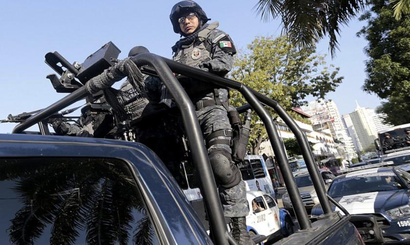 El ejército ha tomado el control de la seguridad de Acapulco, México, en lugar de los policías locales.