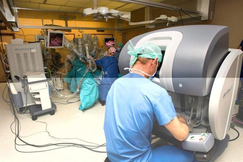 El puertorriqueño Laureano Giráldez Rodríguez se destaca como el único otorrinolaringólogo en el Caribe que utiliza una máquina robot para operar cáncer de cabeza y de cuello, el séptimo más común en el mundo. EFE/ARCHIVO