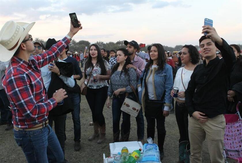 Mientras crece el debate sobre el concepto de posverdad en nuestras sociedades, el estrellato de la joven mexicana Rubí y su pequeña comunidad rural de La Joya por una simple fiesta de 15 años refleja el desconcierto de una opinión pública cada vez más mediatizada por las redes sociales. EFE/ARCHIVO