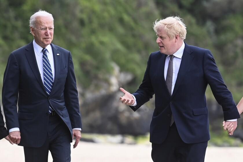 El presidente estadounidense Joe Biden camina junto al primer ministro británico Boris Johnson
