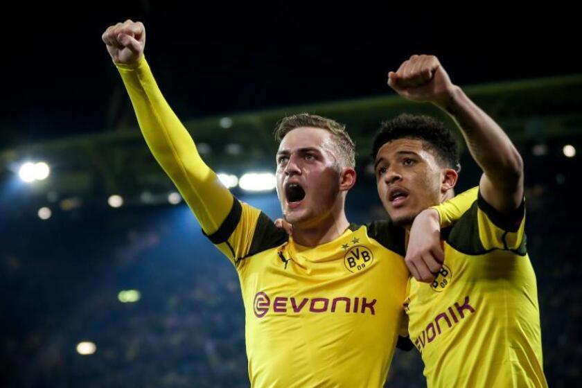 Los jugadores del Dortmund Jacob Bruun Larsen (I) y Jadon Sancho (d)celebran uno de los tres goles de su equipo al Bayer Leverkusen en Dortmund, Alemania. EFE/EPA