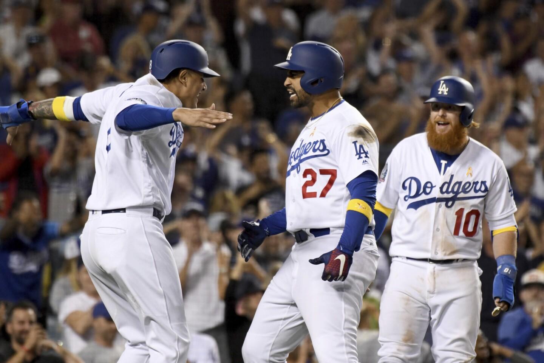 El jugador de los Dodgers de Los Ángeles Matt Kemp (centro) recibe la felicitación en el plato de Manny Machado (izquierda) y Justin Turner tras sacudir un jonrón de tres carreras en el octavo inning del juego de la MLB contra los Diamondbacks de Arizona, el 1 de septiembre de 2018, en Los Ángeles. (AP Foto/Michael Owen Baker) ** Usable by HOY, ELSENT and SD Only **