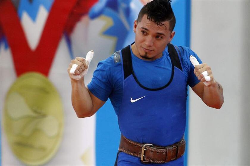 El pesista colombiano Carlos Andrés Berna fue registrado este viernes al celebrar el ganar la medalla de oro de la categoría 56 kg envión masculino, de la halterofilia de los XXIII Juegos Centroamericanos y del Caribe, en Barranquilla (Colombia). EFE