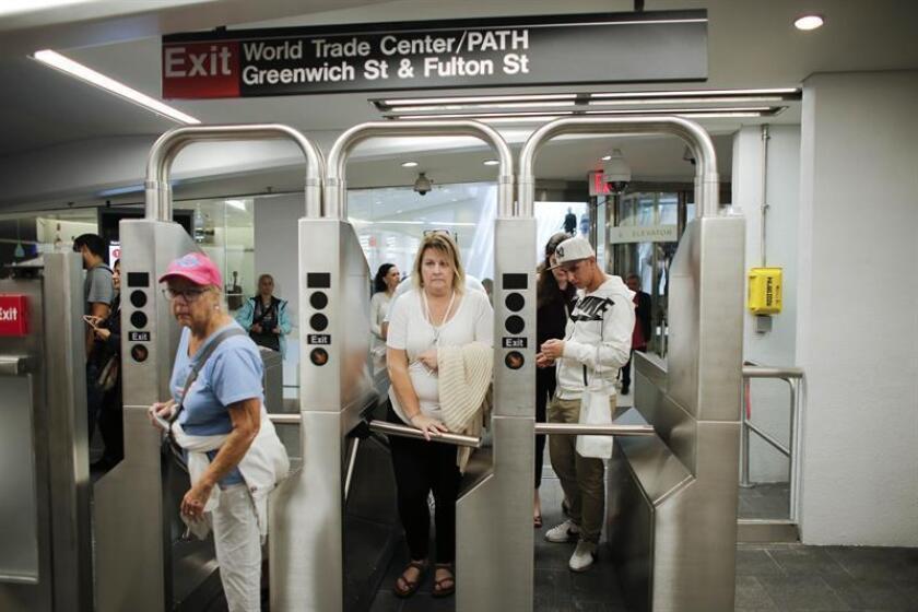 Personas llegan a la estación de metro World Trade Center en Nueva York (EE.UU.). EFE/Archivo