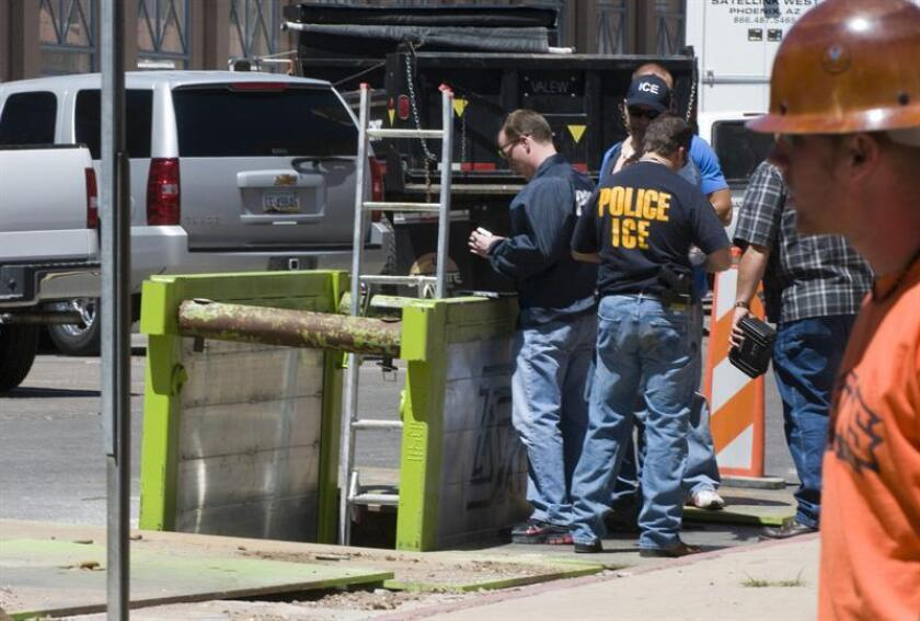 """Unos agentes del Servicio de Inmigracion y Control de Aduanas (ICE, en inglés) toman fotos desde arriba al nuevo """"narcotúnel"""" el jueves 11 de junio 2009, en la ciudad fronteriza de Nogales, Arizona. EFE/Archivo"""