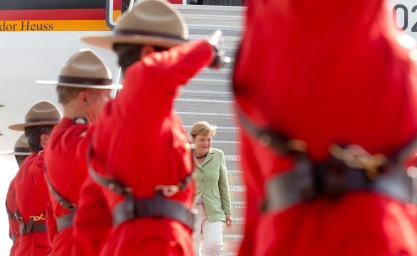 La canciller alemana, Angela Merkel (c), es recibida por la Guardia de Honor a su llegada a Ottawa (Canadá), EL miércoles 15 de agosto de 2012. EFE/Archivo