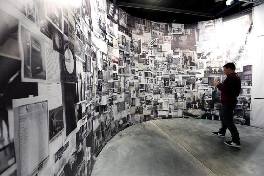Un hombre observa la obra de la artista española Adria Julia durante el festival Art Basel de Miami, Estados Unidos, hoy 30 de noviembre de 2016. Art Basel concentra al menos 250 obras de arte en el centro cultural Miami Beach. EFE