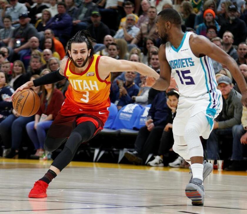 El jugador Ricky Rubio (i) de Utah Jazz en acción frente a Kemba Walker (d) de los Charlotte Hornets durante un partido de baloncesto de la NBA. EFE/Archivo