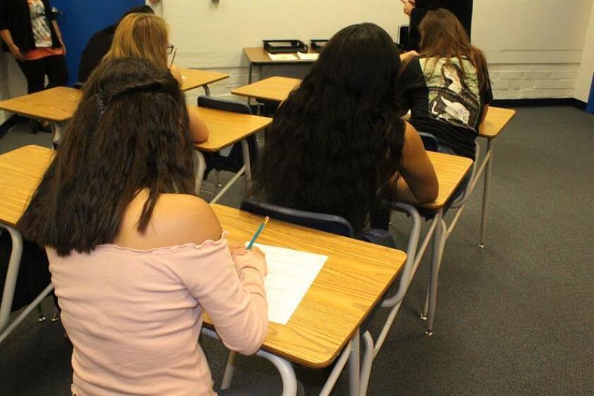 """Estudiantes de la escuela secundaria Braden River en Bradenton (Florida) se dejaron hoy el sujetador en casa en protesta a la orden que un profesor dio a una alumna que le obligaba a taparse los pezones porque suponían una """"distracción"""" para sus compañeros de clase, informaron hoy medios locales. EFE/Archivo"""