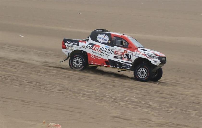 El catarí Nasser Al-Attiyah compite en su Toyota durante la octava etapa del Rally Dakar 2019, entre San Juan de Marcona y Pisco (Perú). EFE