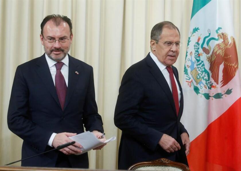 El ministro de Asuntos Exteriores, Sergéi Lavrov (d), y su homólogo mexicano, Luis Videgaray Caso, llegan a la rueda de prensa que ofrecieron tras su reunión en Moscú, Rusia, hoy 17 de noviembre de 2017. EFE